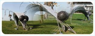 Замысловатая скульптура в виде мухи переливается мозаичной облицовкой на солне и отражается в воздухе как мираж