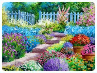 Нереально яркие растения насыщенных цветов вдоль ступенчатой дорожки на фоне забора из штакетника